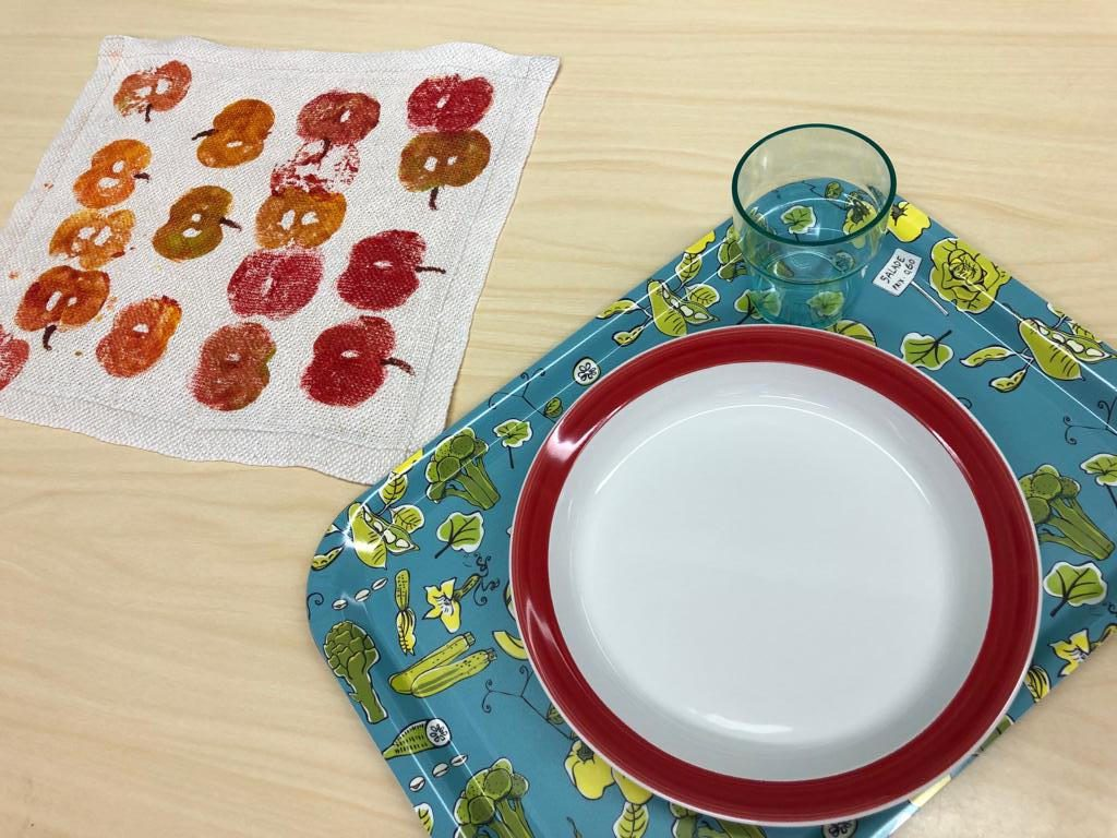 Oppilaat painoivat kouluravintolaan uudet tabletit.